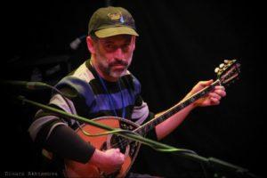 אמיר פרלמן עם בוזוקי מוגבר בהופעה בפסטיבל בלבוב