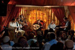 אמיר פרלמן והאנסמבל בהופעה בחאן החמור הלבן צפת