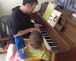 אמיר פרלמן ואריאל פרלמן ללמד ילדים בגיל כמה שיותר צעיר לגשת לפסנתר באופן טבעי וללמוד תוך כדי משחק